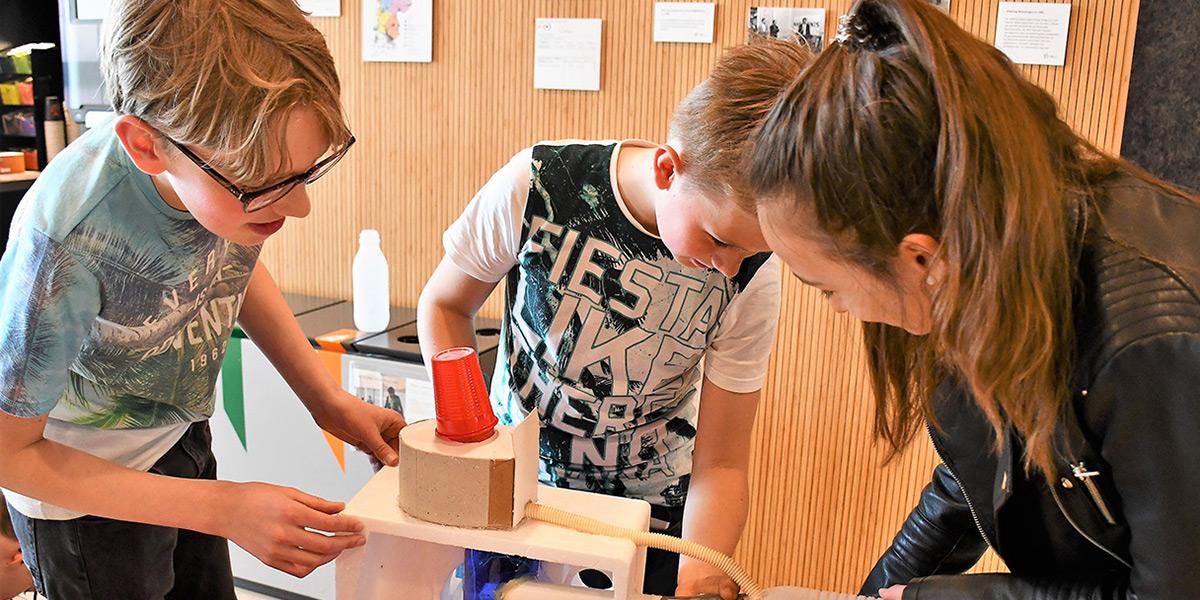 Kinderen werken samen aan toilet