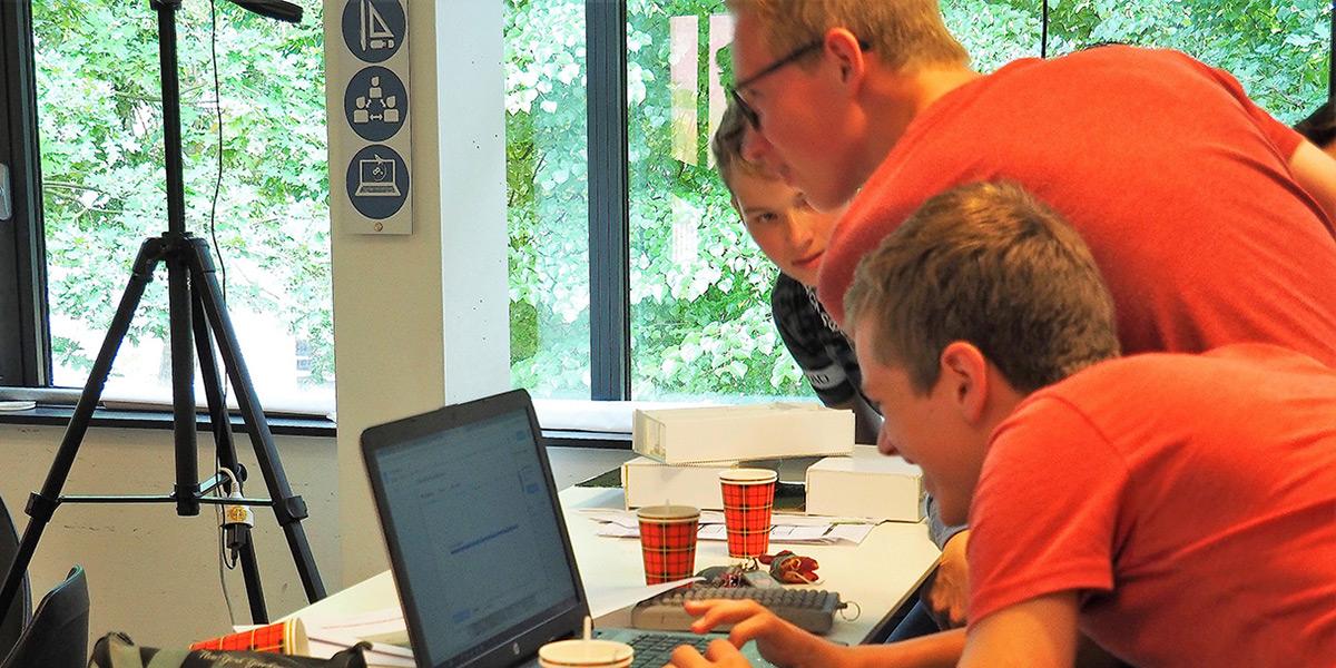 Kinderen werken samen op een laptop