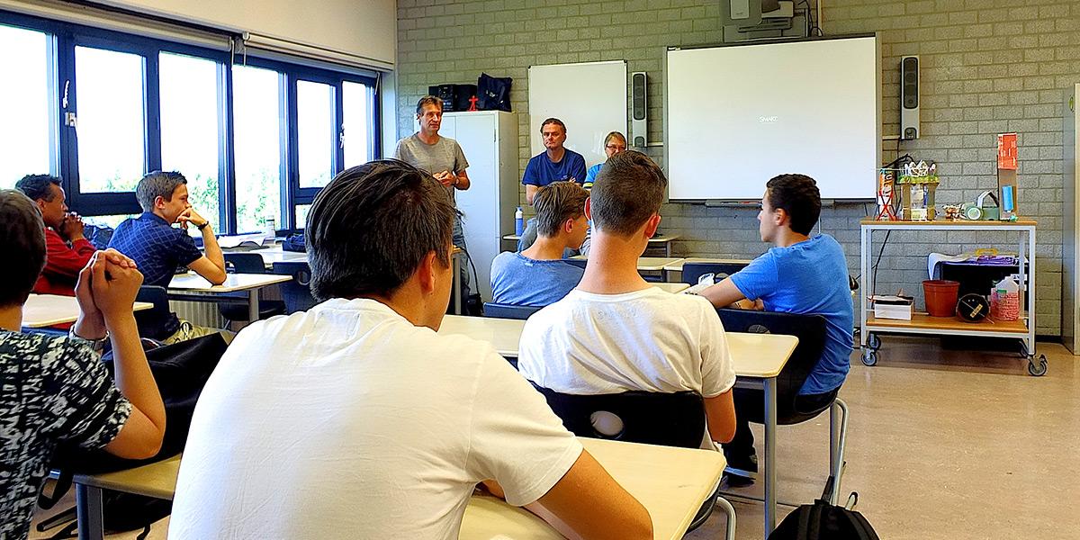 Uitleg aan klas met jongeren