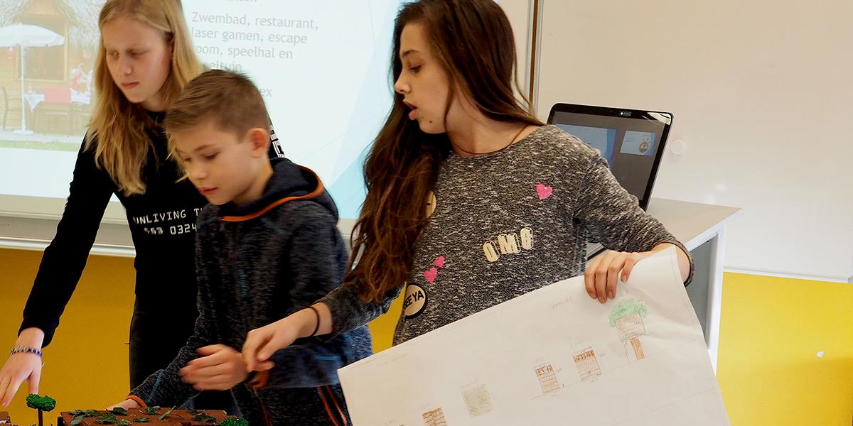 Leerlingen werkend aan project